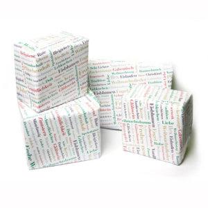 Geschenkpapier mit Weihnachtswörtern für Geschenke.