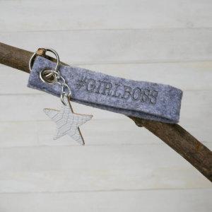 Schlüsselanhänger Girlboss in grau.