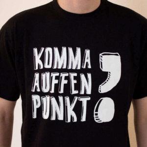 Das T-Shirt mit dem Aufdruck Komma auffen Punkt! für Herren.
