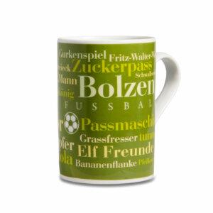 Der Kaffeebecher mit den Fußball-Wörtern.