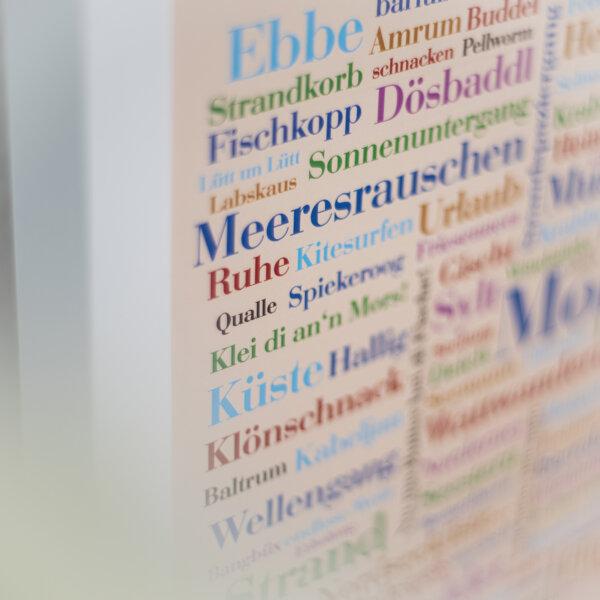"""Das Plakat mit Wörtern der Nordsee """"Meeresrauschen""""."""